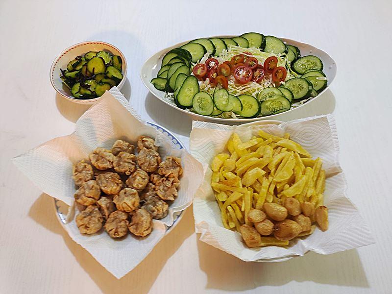 今日の夕食の完成品 揚げシュウマイ・ポテトフライ・サラダなど
