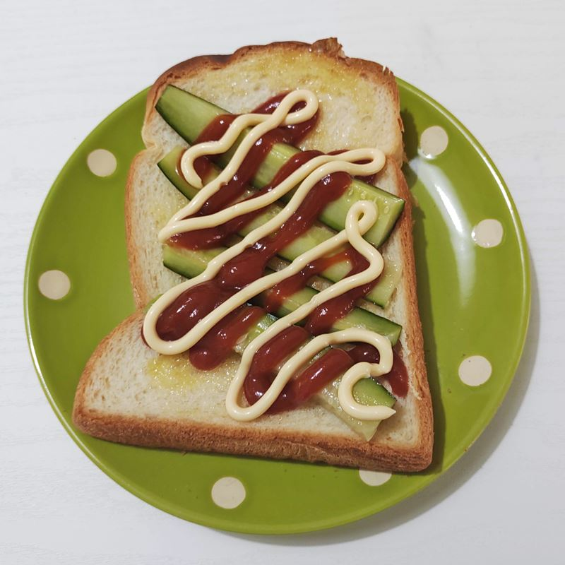 トーストにキュウリのかんたん酢漬けを乗せた写真